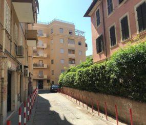 Ostia Ponente, Via degli Aldobrandini, vendita trilocale con giardino ristrutturato