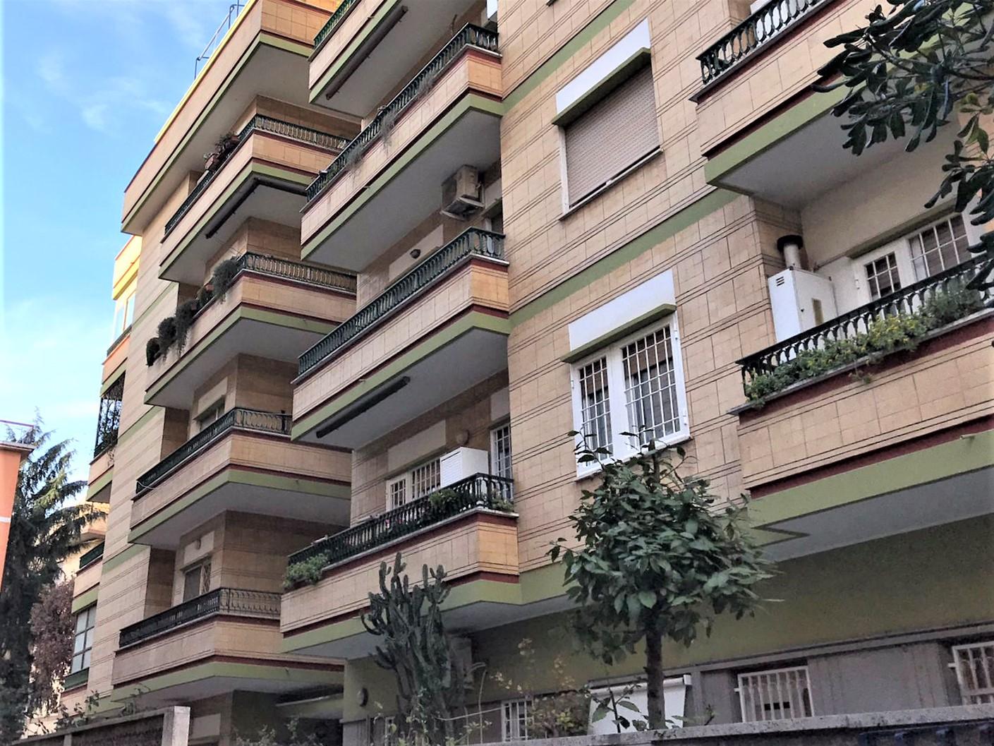 Ostia ponente, via dei Panfili, trilocale non arredato, con balcone e terrazzo.