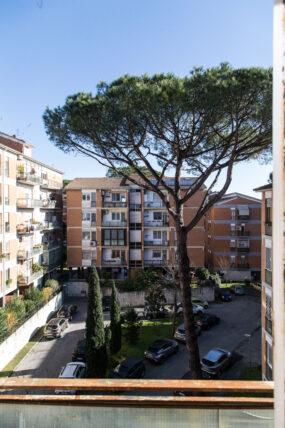 Dalmata(Eur), appartamento con balconi in complesso residenziale