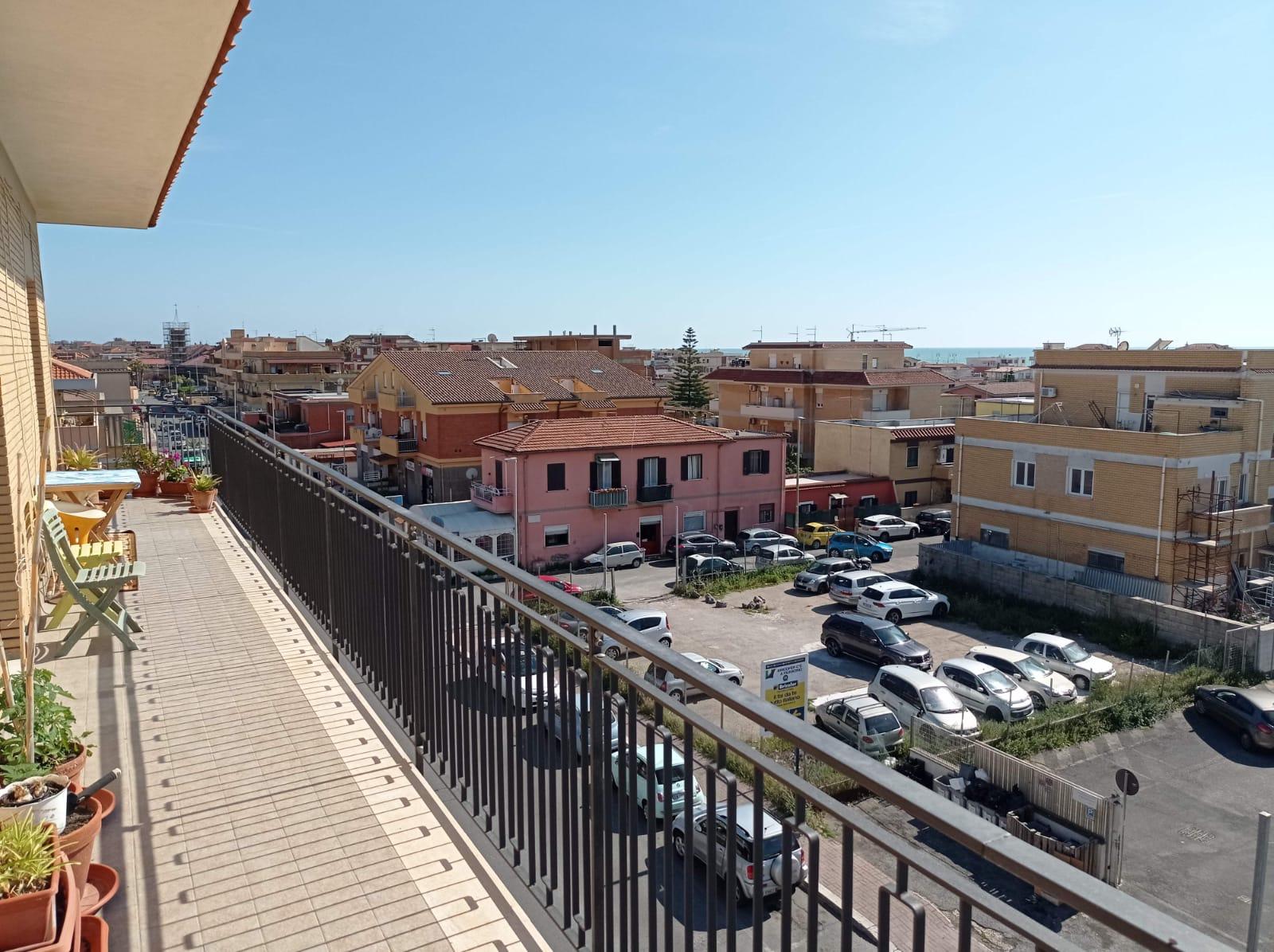 Fiumicino, vista mare trilocale con balconi in vendita
