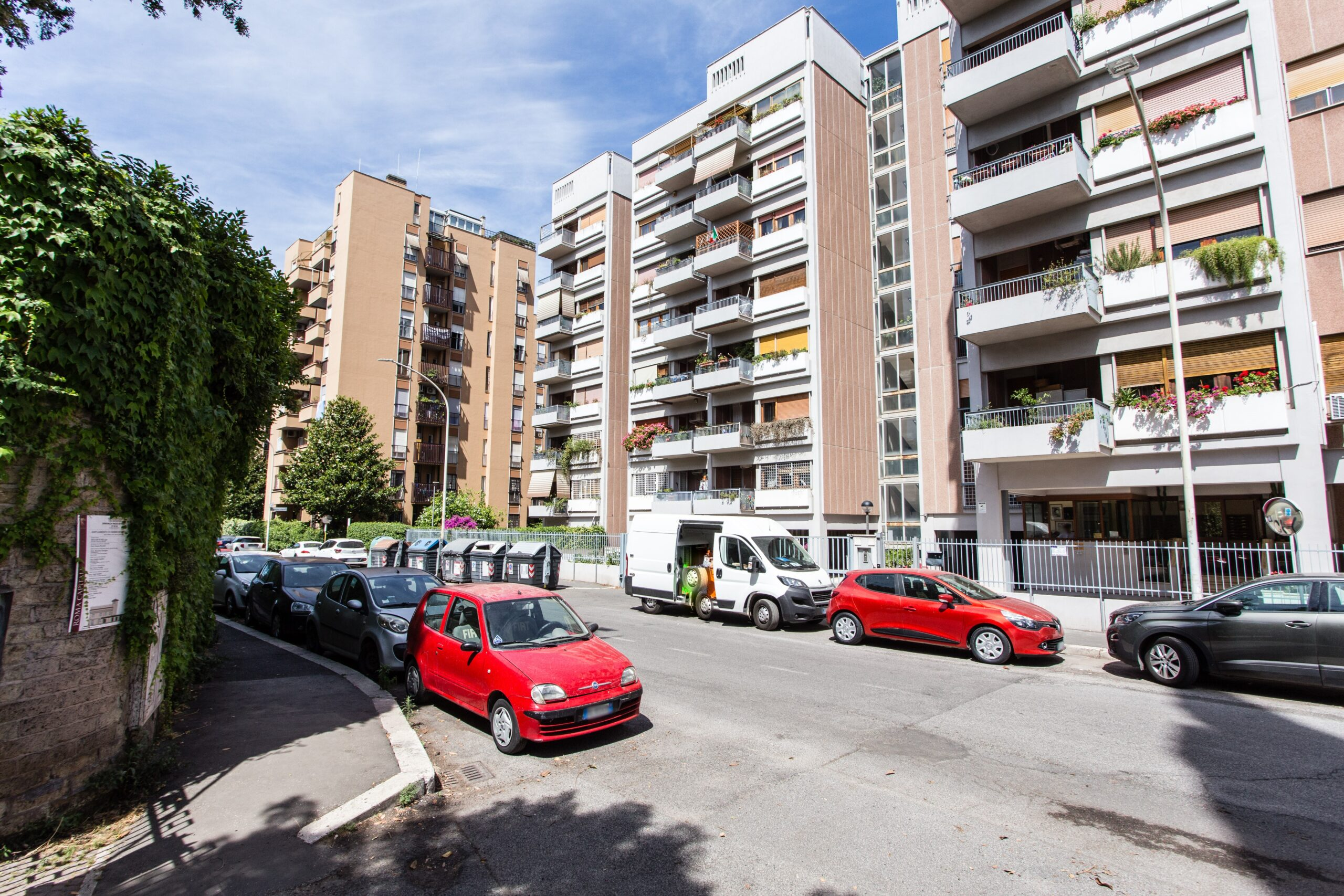 Poggio Ameno – Eur – Roma appartamento ampia metratura con balcone, cantina e posto auto doppio coperto