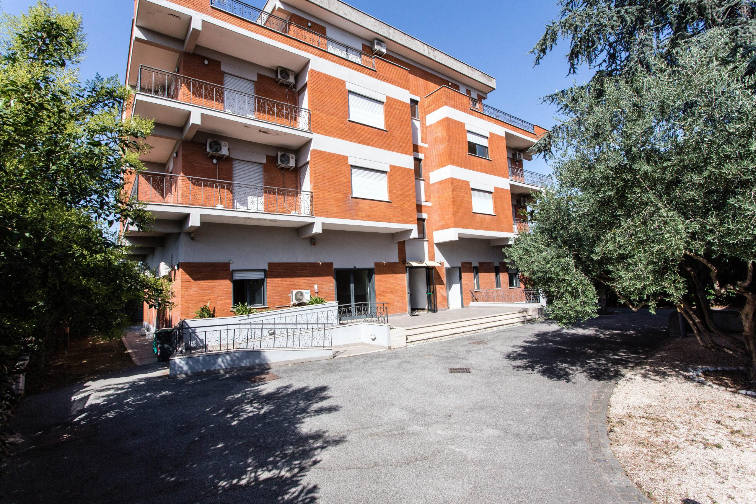 Edificio cielo – terra in vendita zona Anagnina, ottima posizione
