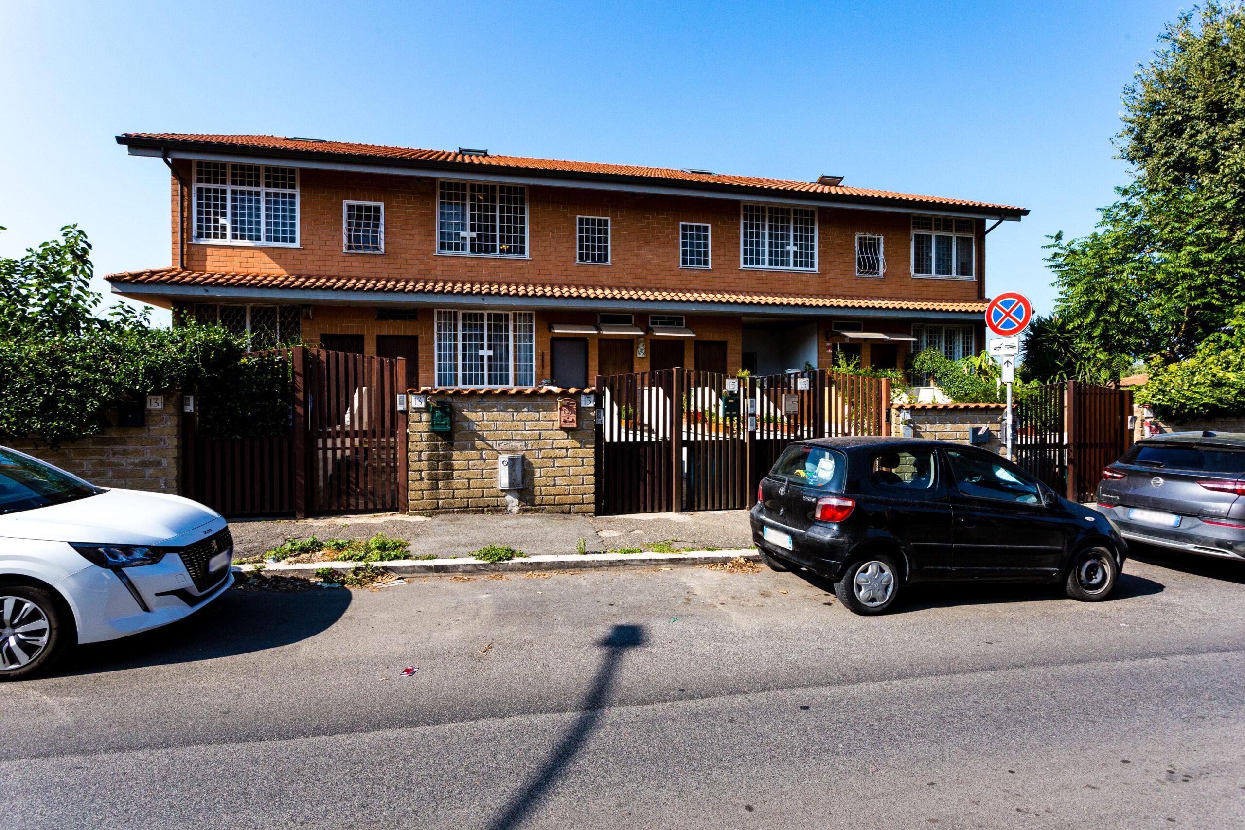 Acilia – bilivelli con posto auto e terrazzo